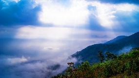 sun-rays-il-paesaggio-della-montagna-44139752